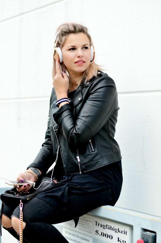 Modeblog-Berlin-Fashion-Blog-Fashionzauber-Lederjacke-Jeans-Sneaker-rosa-Haare-Rebecca-Minkoff-Mini-Mac-Frends-Taylor-Kopfhörer