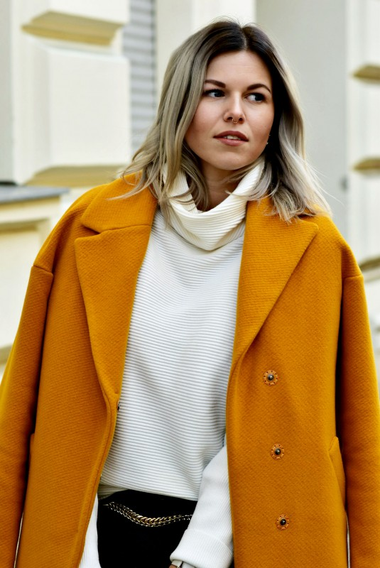 Grey-Hair-turtleneck-sweater-shirt-yellow-coat-winter-look-autum-fashionzauber