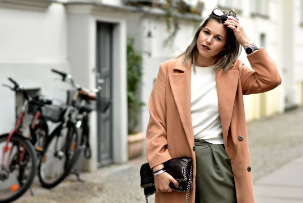 Fashionzauber-Outfit-Streetlook-Streetstyle-Berlin-Camel-Coat-Cigarette-Pants-Quay-Australia-Sunnies
