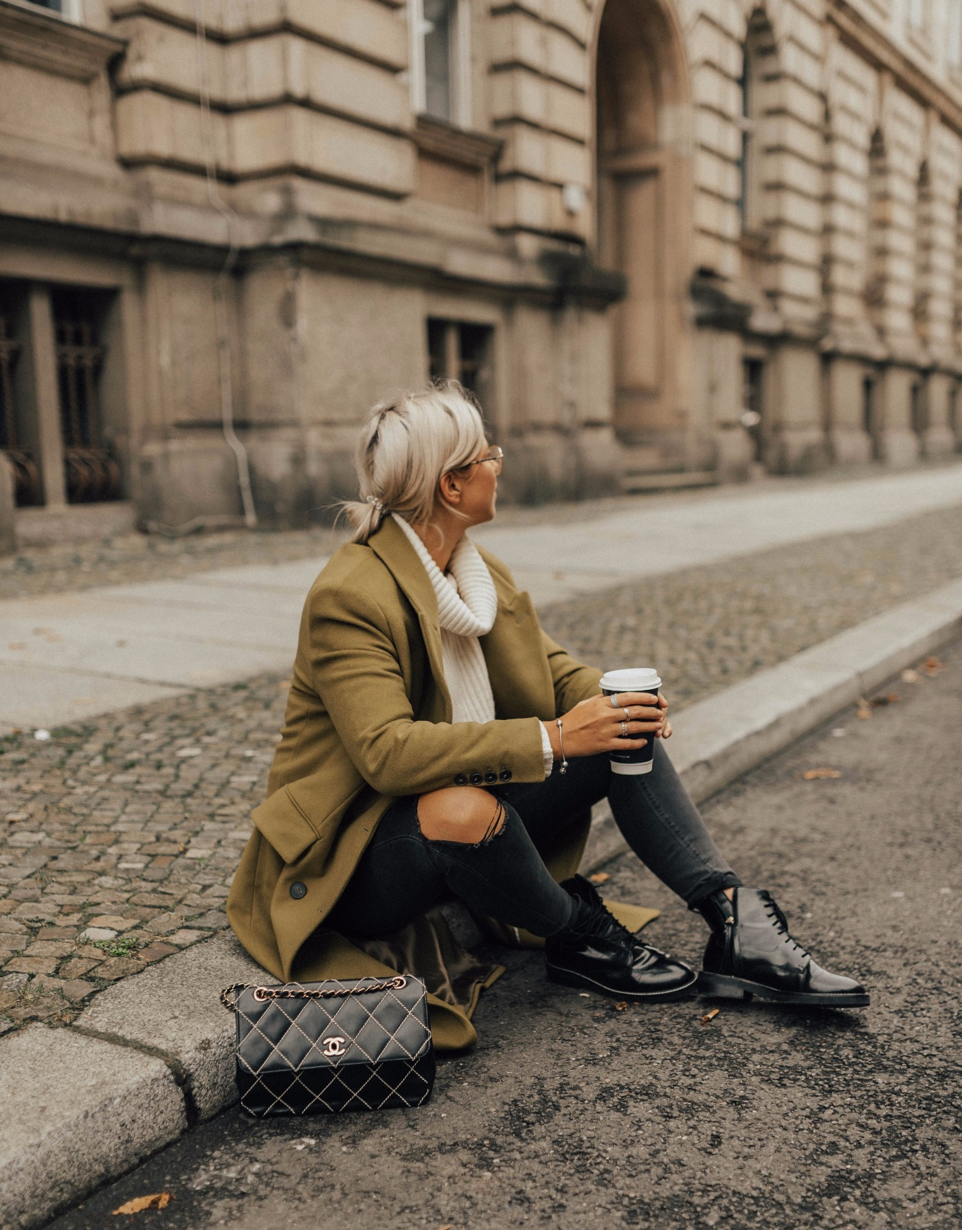 Image for [OUTFIT] Grüner Mantel, Vintage Chanel Tasche & Boots || Trendfarbe: Greenery