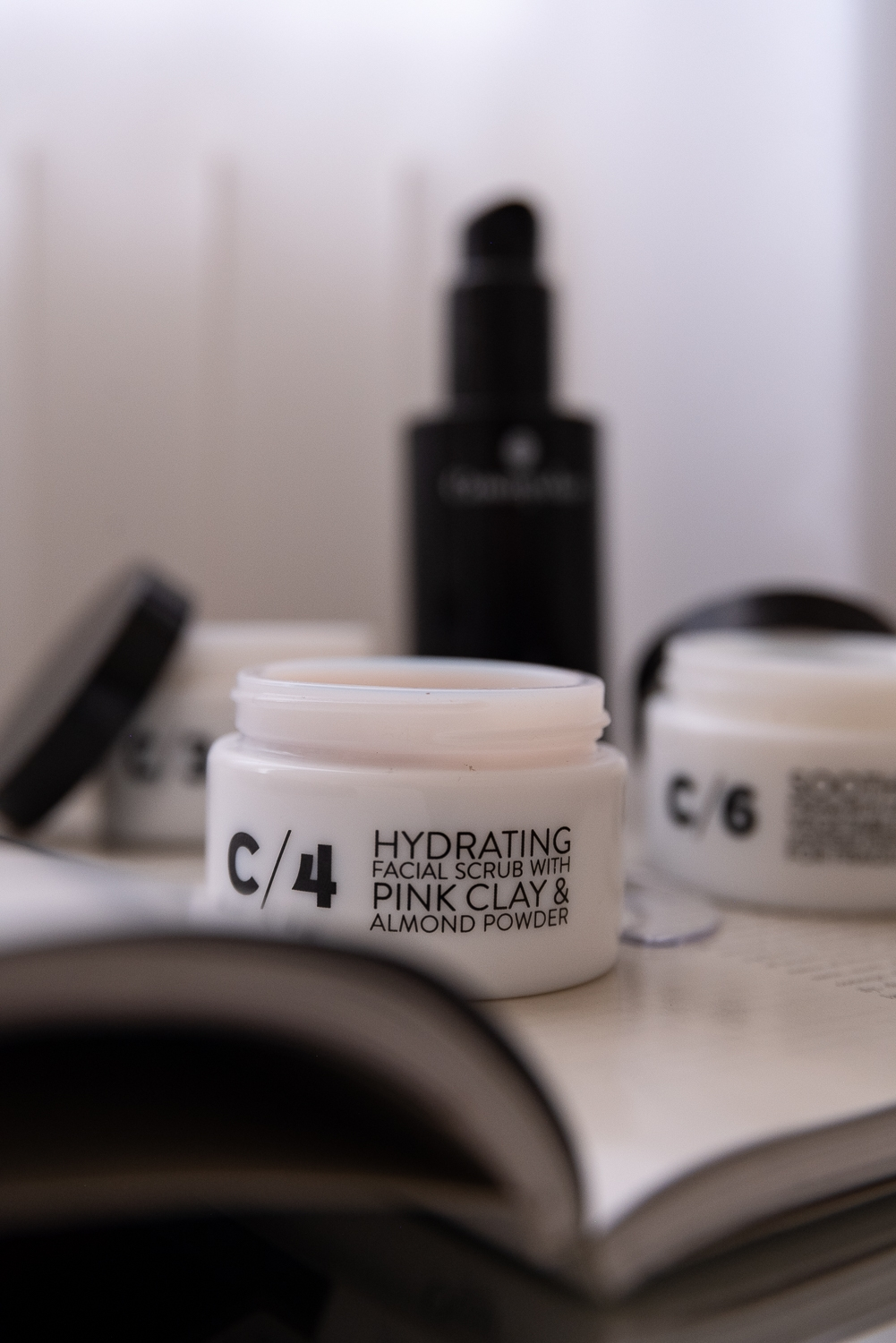 C/4-Hydrating-Facial-Scrub-with-Pink-Clay-Almond-Powder-Peeling