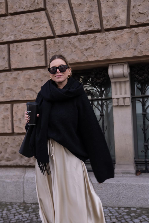 Schön-gestylt-Babybauch-Outfit-Midi-Rock-oversize-pullover-pregnancy-look--zweites-trimester-styling