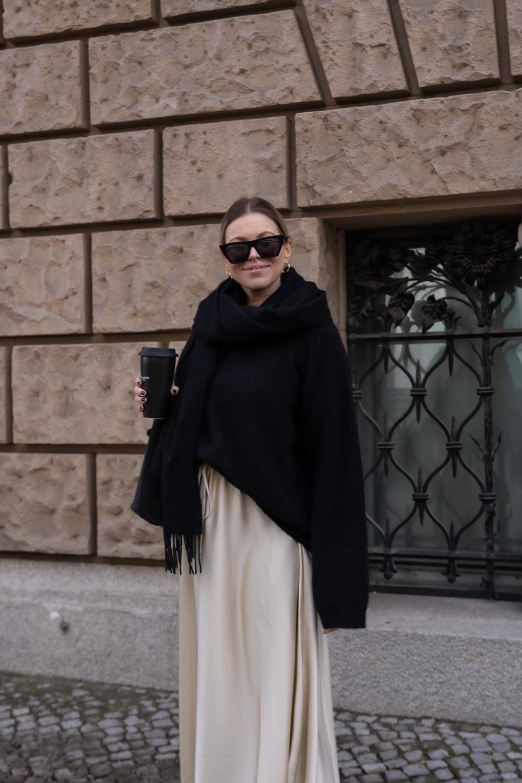 Schön-gestylt-Babybauch-Outfit-Midi-Rock-oversize-pullover-pregnancy-look--zweites-trimester