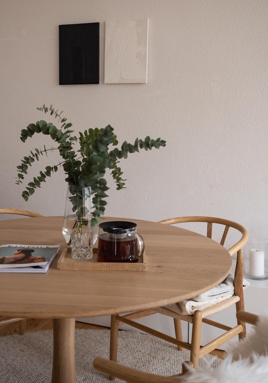 japandi-wohnstil-trend-wohntrend-2021-interior-trend-skandinavisch-japanisch-esstishc-rund-eiche