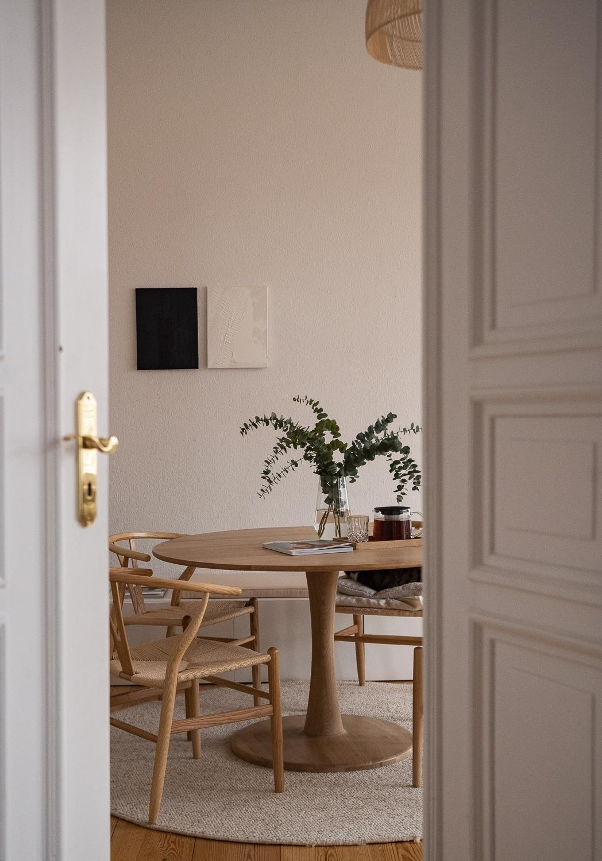 japandi-wohnstil-trend-wohntrend-2021-interior-trend-skandinavisch-japanisch-esstisch-rund-eiche-maisons-du-monde