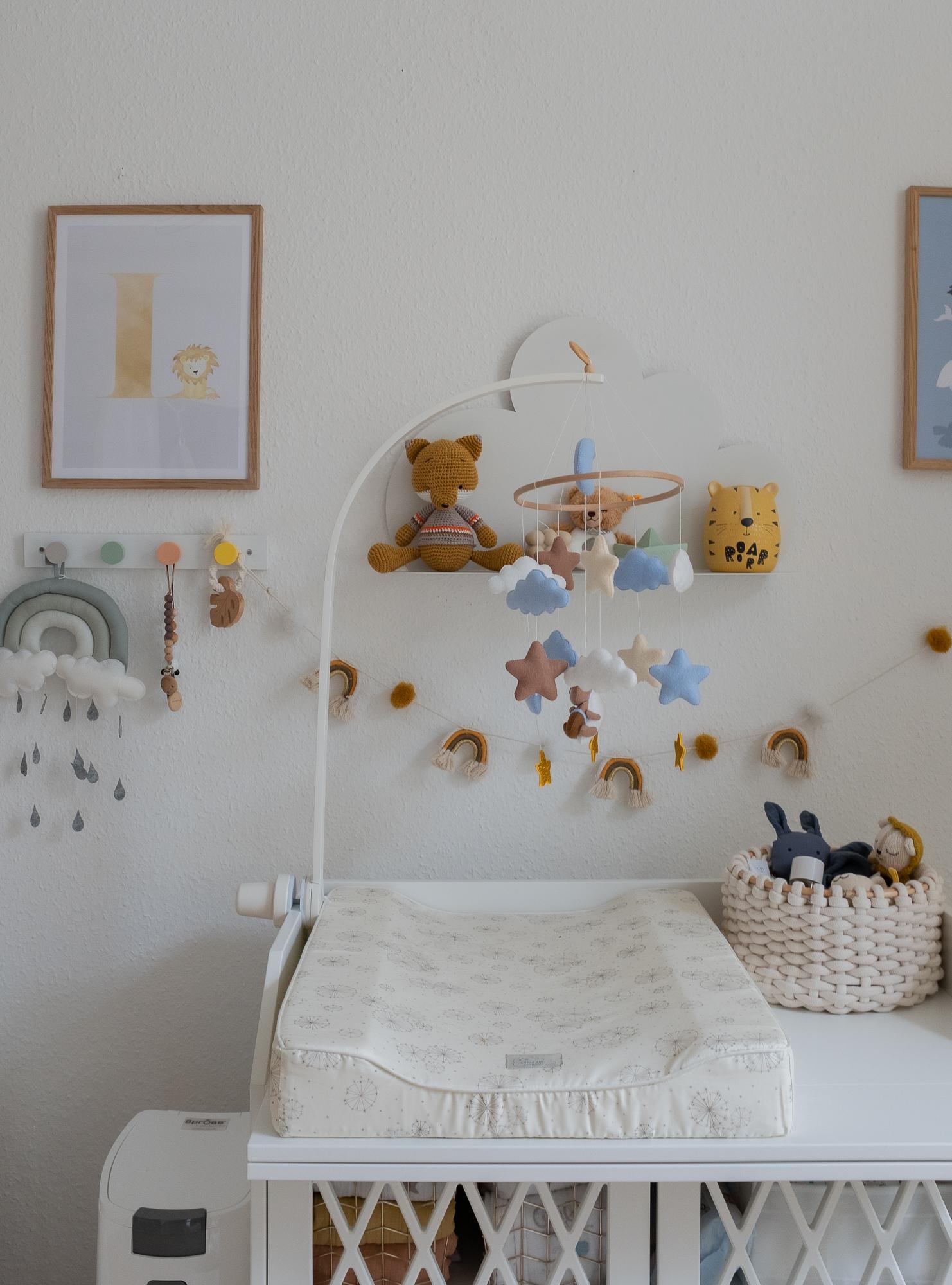 Babyzimmer-einrichtung-kinderzimmer-aline-kaplan-interior-wickelkommode-mobile-babyposter-cam-cam-copenhagen