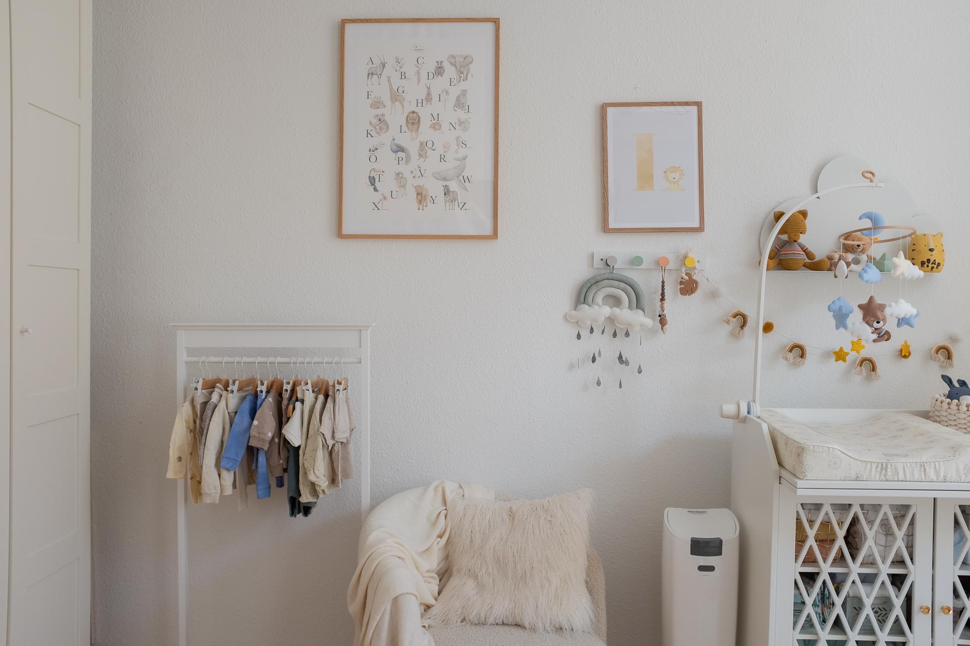 Babyzimmer-einrichtung-kinderzimmer-aline-kaplan-interior-poster-baby-kleiderstange
