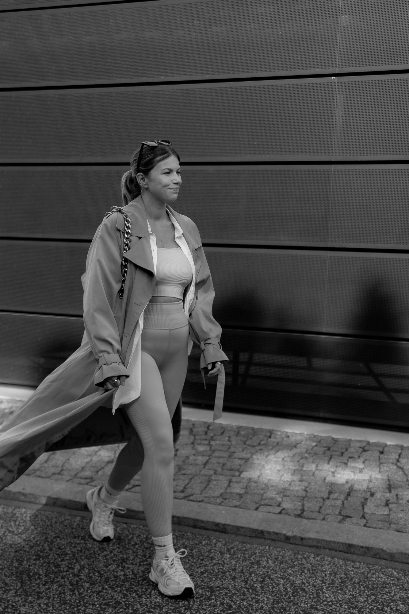 athleisure-outfits-trenchcoat-sneaker-new-balance-aline-kaplan-modeblog-berlin-4