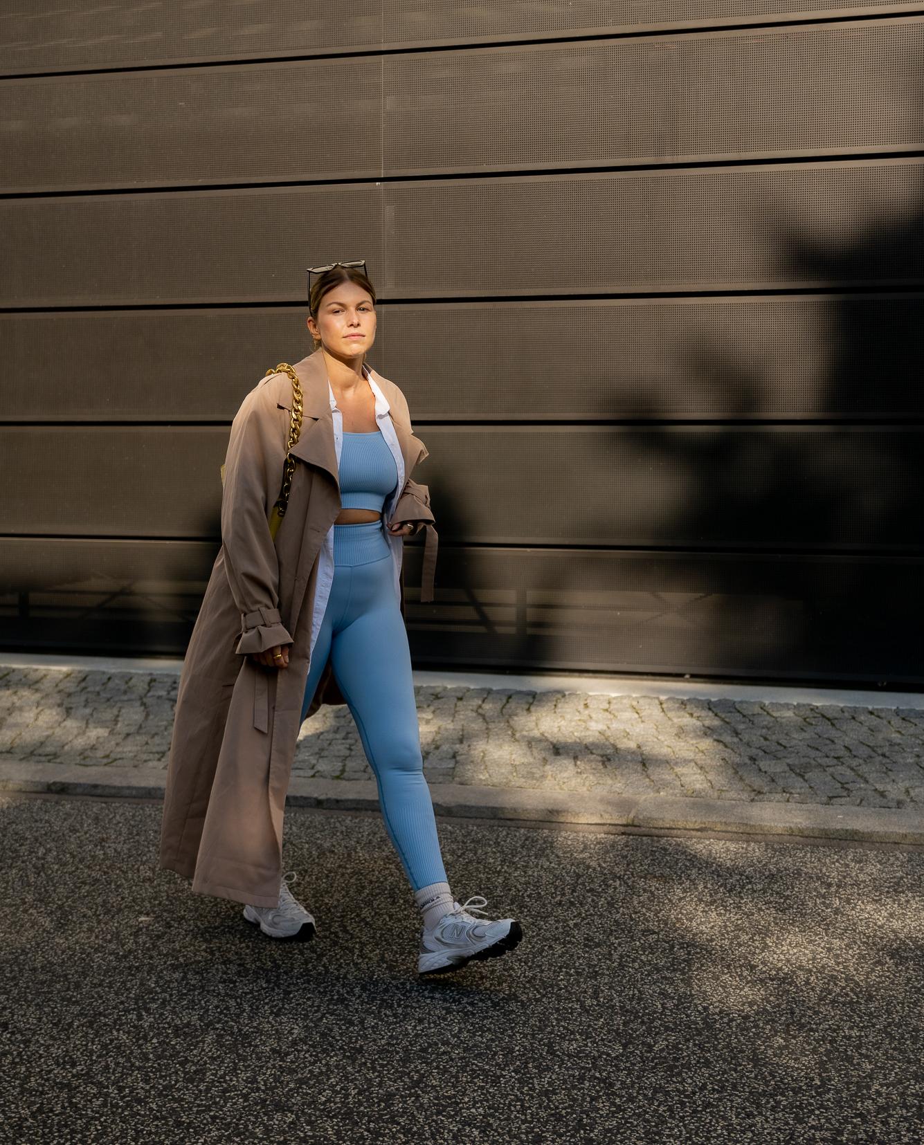 athleisure-outfits-trenchcoat-sneaker-new-balance-aline-kaplan-modeblog-berlin